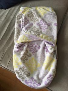 Lot : couverture enveloppante + vêtement fille 0-3 mois