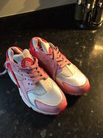 Nike huaraches brand new size 5 women's/girls brand nee