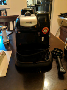 DeLonghi Espresso Machine with Cups amd Saucers