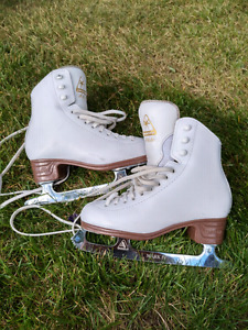 Girls figure skates. Size 1. Great condition.