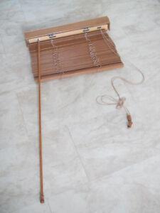 1 Store simili-bois et 1 Toile à rouleau semi-opaque
