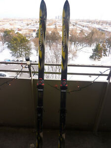 2 peers of Rossignol skis and boots