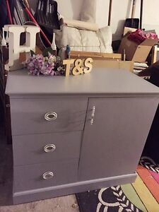 GORGEOUS Entrance Table/ Buffet with 3drawers and one door