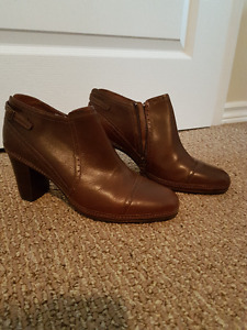 BROWN LEATHER - CLARKS ARTISAN ANKLE BOOTS - BRAND NEW