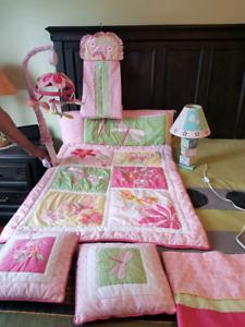 Literie et décorations pour chambre bébé fille