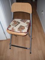 Chaise de comptoir avec siège en bois et structure métallique