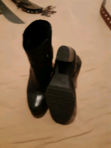 Ladys black leather shoes/boot.