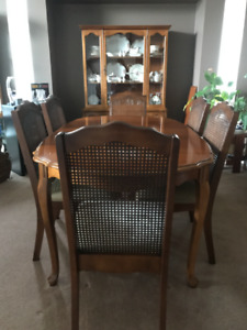 Dining Room table, chairs & hutch/cabinet