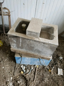 Heated float water troughs