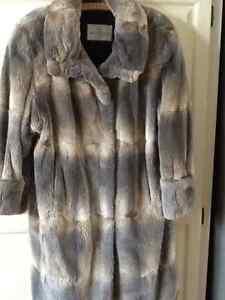 Magnifique Manteau de fourrure en rat musqué  gris avec beret