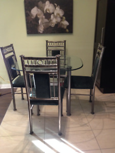 table et 4 chaises - dessus en verre - impeccable - $100.