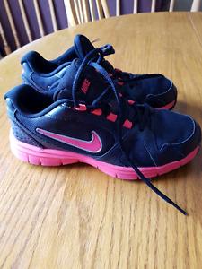Ladies Nike sneakers size 6Y