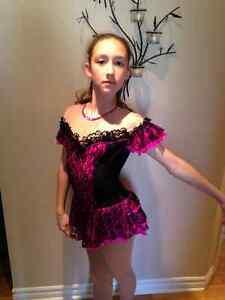 Robe de patinage artistique rose et noire grandeur 13-14 ans
