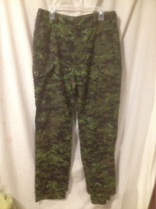 Pair of New Mens Lightweight Camouflage Pants Size 34/35