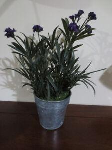 Pot avec fleurs artificielles.