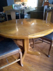 Nice Mexican pine table with 3 chairs