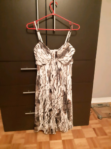 Robe de soirée , motif léopard discret. Grandeur:  femme 10 ans.