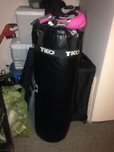 100 lb punching bag with two sets of gloves