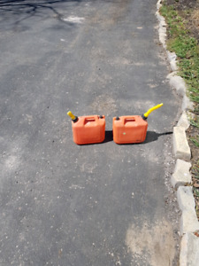2.5 gallon or 10 liter gas cans