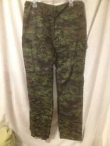 Pair of New Men's Lightweight Camouflage Pants Size 32/34
