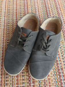 TOMS Synthetic Leather Paseos W8.5 (like new)