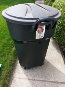 rubbermaid garbage cans (3) on wheels