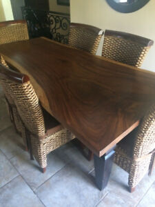 Beautiful Solid Acacia Wood Table with 6 Chairs and Cushions