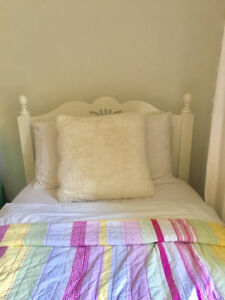 Twin Bed, Solid wood, Excellent  condition, white finish