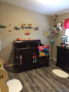 3-in-1 crib and dresser set in great condition for sale!!