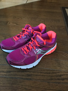 NEW WOMENS SAUCONY RUNNERS