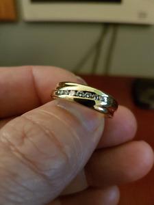 MEN'S SIZE 10  18/14K GOLD AND DIAMOND WEDDING BAND