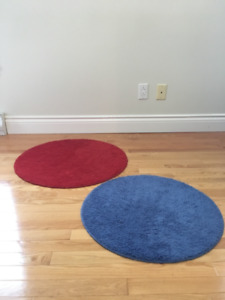 2 tapis ronds un  bleu et un rouge