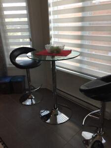 Table bistro avec deux chaises.  le set est à St Jérôme
