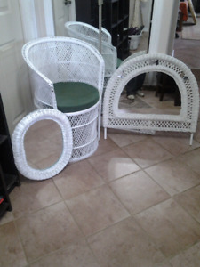 WICKER PIECES , WHITE , GOOD CONDITION . 3 PIECES.