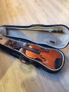 3/4 size violin + foldable music stand and sheet music