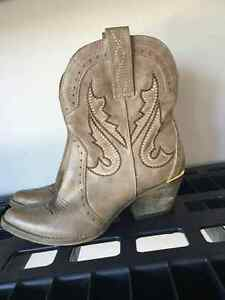 Size 7.5 cowgirl bootie Very Volitale