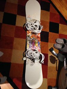 Planche a neige - snowboard et bottes en tres bon état