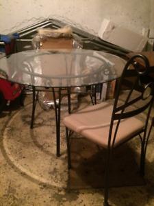 Table en verre et 4 chaises_Petite table en bois et 2 chaises