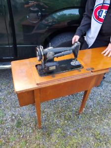 BEAUTIFUL FULLY FUNCTIONAL SINGER SEWING MACHINE,COMPUTER DESK