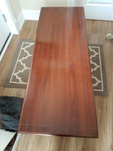 Coffee table with matching end tables in excellent cond