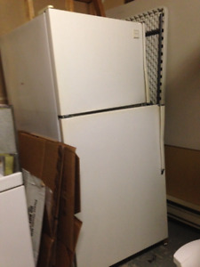 Whirlpool - Large refrigerator WORKS PERFECTLY