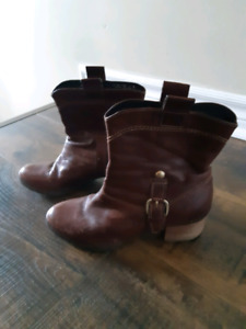 Clarke Leather Brown Women's Boots Size 7 fits small.