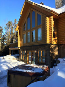 Luxury cozy log home for rent close to ski hills