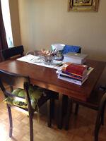 Table Avec 4 chaises .faut voir-