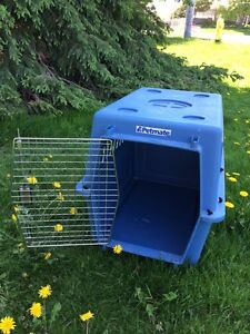 """Pet carrier 32"""" long Petmate in great condition"""