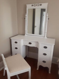 ANTIQUE WHITE CHALK PAINTED VANITY DRESSER WITH BENCH