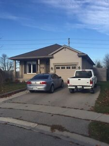 Cosy bungalow on the edge of town! London Ontario image 1