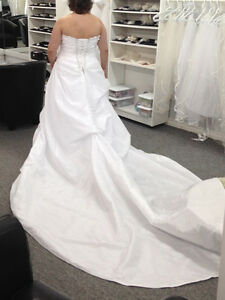 Beautiful unaltered flattering wedding dress NEVER WORN!!!