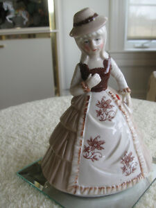 CHARMING LITTLE VINTAGE DAMSEL FIGURINE