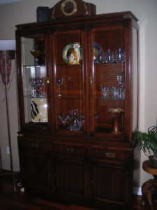 Kroehler Dinning room Table, Buffet and hutch set